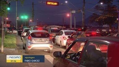 Motoristas enfrentam filas de mais de uma hora na fila das balsas - Travessia entre Santos e Guarujá foi prejudicada pelo mar agitado.