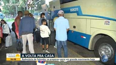Estação rodoviária de Salvador tem movimento intenso após feriados prolongados - Trânsito na entrada do terminal também está congestionado.