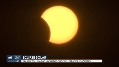 Eclipse solar é visto da Praça do Cruzeiro em Brasília - Capital federal foi uma das 14 de onde fenômeno pôde ser visto.
