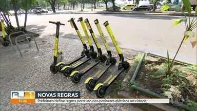 Prefeitura define regras para uso dos patinetes elétricos na cidade - A prefeitura do Rio definiu as regras para uso dos patinetes elétricos na cidade. Entre elas, o uso de capacete; exigência de mínima de 18 anos; e a proibição de circular em calçadas.