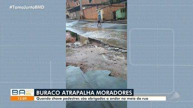 Moradores reclamam de buraco na Estrada Velha de Periperi - Pedestres sofrem para atravessar a rua, especialmente nos dias chuvosos.