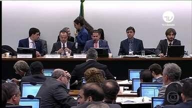 Comissão da Câmara se reúne para tentar votar o relatório final da reforma da Previdência - Ontem, o presidente Jair Bolsonaro entrou nas negociações e ligou para o relator da Previdência e alguns líderes de partidos, para tentar fechar um acordo.