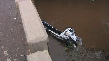Caminhão arranca defensa metálica de ponte e cai em rio perto de Botucatu - Caminhoneiro foi socorrido pelo Samu e encaminhado ao pronto-socorro. Outro caminhão que trafegava na pista contrária freou para evitar acidente e carreta parou em 'L' na pista entre Avaré e Botucatu.