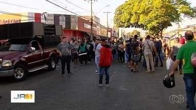 Ambulantes protestam cobrando por espaço para vender produtos na Região da 44, em Goiânia - Polêmica ficou mais intensa depois que começaram obras na Praça do Trabalhador e a fiscalização contra o comércio irregular ficou mais severa.