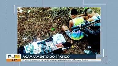 Traficantes usavam área de matagal para articular tráfico em Búzios - Acampamento foi descoberto nesta quinta-feira (4).