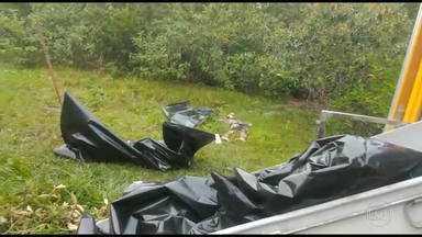 Polícia descobre cemitério de milícia em Itaboraí - A polícia descobriu 14 corpos enterrados num cemitério clandestino da milícia em Itaboraí. Os investigadores suspeitam que o grupo chefiado por Orlando Oliveira de Araújo, o Orlando Curicica, tenha assassinado pelo menos 50 pessoas.