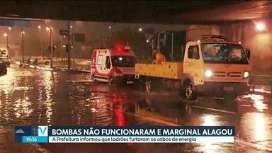 Motoristas deixam a capital para aproveitar o feriadão - A sexta-feira foi complicada por causa da chuva e alagamentos