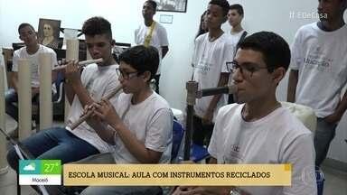 Escola no Rio de Janeiro ensina música com instrumentos reciclados - Alunos usam de chinelos a chaves para criar os instrumentos desta orquestra diferente