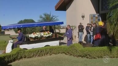 Corpo de enfermeira encontrada morta é enterrado neste sábado em Itapetininga - Kelly Christina Parreira, de 40 anos, foi enterrada na cidade de Itapetininga (SP) na manhã deste sábado (6). A técnica de enfermagem foi encontrada morta na casa em que morava, em um condomínio em Sorocaba (SP) com marcas de estrangulamento.