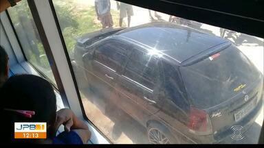 Motorista avança sobre trilhos e carro é atingido por trem na Paraíba - O trem atingiu a frente do carro. Ninguém ficou ferido.
