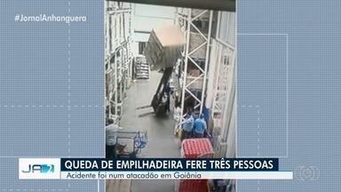 Vídeo mostra empilhadeira caindo sobre mulher em loja de atacados, em Goiânia - Mais duas pessoas ficaram feridas no acidente. No entanto, só a promotora de vendas segue hospitalizada, segundo a empresa.