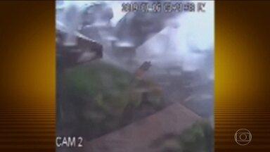 Câmera nos EUA flagra efeito poderoso de um fenômeno conhecido como Tromba de Terra - Essa espécie de tornado atingiu o estado americano de Nova Jersey, no fim de semana, e fez um carro estacionado, de repente, dar praticamente uma cambalhota. Ninguém ficou ferido.