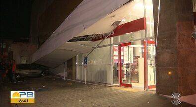 Marquise de agência bancária cai e atinge dois carros, em João Pessoa - Incidente não deixou feridos, mas atingiu dois carros que estavam estacionados no local.