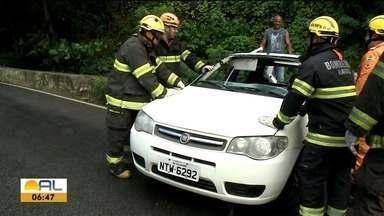 Carro capota na Ladeira Geraldo Melo, no Farol - Quatro pessoas estavam no veículo; três foram levadas para o hospital.