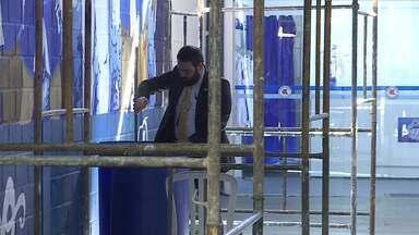 Policial civil retira documento dentro de um container na sede da Máfia Azul - Policial civil retira documento dentro de um container na sede da Máfia Azul