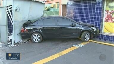 Carro desgovernado invade calçada e destrói muro de varejão em Ribeirão Preto - Motorista e passageiros deixaram veículo no local na madrugada desta terça-feira (9).
