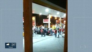 Ex-policial militar é preso acusado de matar e ocultar o cadáver de um assaltante - Cristiano Macedo Gomes fazia a segurança do posto de gasolina em São Gonçalo. Câmeras de segurança registraram a ação.