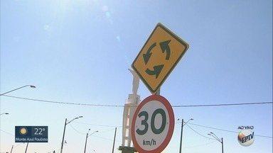 Sinalização de trânsito em rua sem saída é alvo de críticas em Ribeirão Preto - Placas indicando o sentido e o limite de velocidade na via foram instaladas no Parque das Oliveiras.