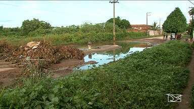 Obra de drenagem não concluída causa problemas a moradores em bairro na capital - Além disso, o mato, a lama e os buracos fazem parte do cenário de uma avenida no bairro Cidade Olímpica, na capital.