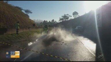 Duas pessoas morrem carbonizadas em acidente com ônibus na Fernão Dias - Duas pessoas morrem carbonizadas em acidente com ônibus na Fernão Dias