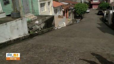 Cratera que atrapalhava o trânsito foi resolvida no bairro do Farol, em Maceió - Buraco impedia que veículos circulassem pela localidade.