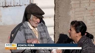 Idoso é salvo de incêndio na própria casa, em Ponta Porã - Vizinho entrou no imóvel em chamas e retirou o morador.