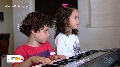 Autista de 7 anos com ouvido absoluto toca todas as músicas da dupla Sandy e Júnior - Ele também é deficiente visual e autodidata em música.