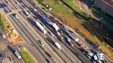 Acidente envolvendo ônibus e caminhões interdita a Via Dutra - Uma pessoa ficou ferida. O acidente foi no sentido de São Paulo.