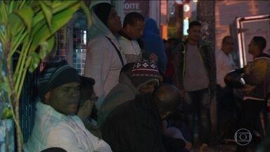 Centenas de pessoas passam a noite na rua em busca de um emprego no Rio - São 815 vagas, em 27 atividades. A maioria para trabalhadores com experiência. Mas há vagas para quem procura o primeiro emprego.