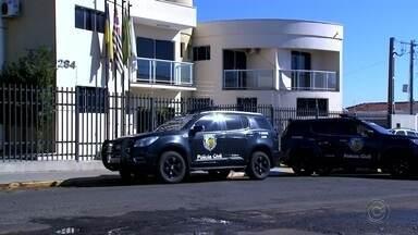 Operação da Polícia Civil contra corrupção cumpre mandados de prisão na Câmara de Mineiros - Vereadora e duas assessoras foram presas na manhã desta quinta-feira (11). Segundo a Polícia Civil, elas são suspeitas de terem desviado R$ 180 mil dos cofres do legislativo em 2018.