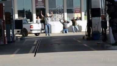 Imagens inéditas mostram operação para libertar 12 reféns no interior de São Paulo - Bandidos tentaram roubar caminhão, que transporta defensivos agrícolas, com carga avaliada em quase R$ 1 milhão. Já acuados, criminosos invadiram lanchonete de posto e fizeram 12 reféns.