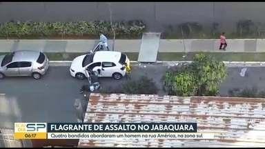 Cinegrafista amador mostra assalto no bairro do Jabaquara, na Zona Sul de São Paulo - Incidente aconteceu na Rua América, uma travessa da Avenida Vereador João de Luca
