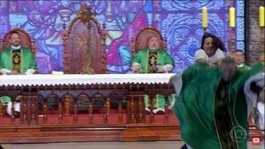 Mulher empurra Padre Marcelo Rossi de altar durante missa no interior de SP - A mulher furou a segurança, invadiu o altar durante a celebração que acontecia na Canção Nova e empurrou o padre de cima da estrutura. Apesar da queda, ele não ficou ferido e a mulher foi contida pela Polícia Militar.
