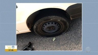 Ambulante fura pneu de carro da Prefeitura de Presidente Prudente - Vendedor, que comercializava produtos irregularmente, se irritou com fiscal.