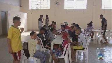 Atletas adolescentes ficam sem alojamento em torneio de futebol em Guaimbê - Cerca mil atletas entre 13 e 17 anos que disputariam uma copa de futebol de base em Guaimbê ficaram sem alojamento e alimentação porque a cidade não tinha estrutura para sediar a competição.