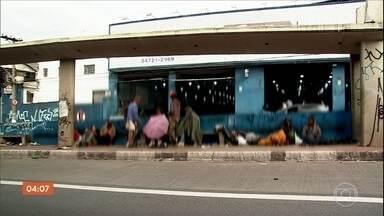 Nova Cracolândia se forma na Grande São Paulo - O local fica em uma das principais ruas de Carapicuíba. Os flagrantes foram registrados em várias horas do dia.