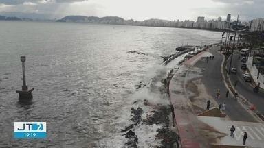 Ressaca atinge avenida na Ponta da Praia, em Santos, SP - Alta da maré é causada pela frente fria que chegou ao litoral. Trecho precisou ser interditado.
