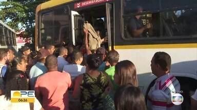 Linha Centro do Metrô não funciona e passageiros enfrentam dificuldades - Pessoas se empurrando, ônibus lotados e demora fazem parte dos relatos do quarto dia sem metrô.