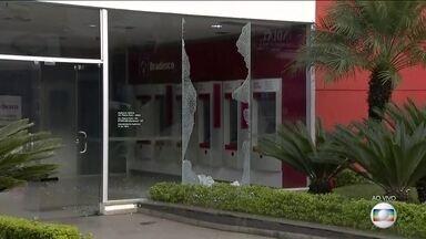 Quadrilha armada com fuzis e explosivos ataca agência bancária em Mairiporã (SP) - Uma quadrilha armada com fuzis e explosivos atacou uma agência bancária em Mairiporã, na Grande São Paulo. De acordo com a Policia Militar, sete bandidos chegaram em três carros durante a madrugada desta quarta-feira (17).
