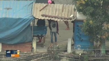 Manhã de violência no RJ nesta quarta (17) registra pelo menos 7 tiroteios - Na Cidade de Deus, dois homens foram mortos em um confronto com a polícia. No Jacarezinho, bandidos armados foram flagrados em diferentes pontos da favela.