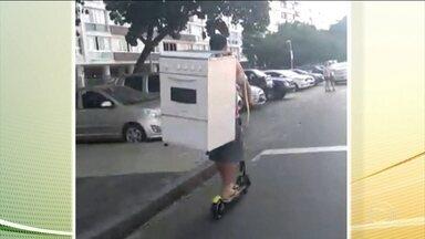 Morador do Rio é flagrado transportando fogão em patinete alugado - A imagem foi feita nesta terça-feira (16), em Copacabana, zona sul do Rio de Janeiro.