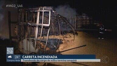 Bombeiros de Uberlândia iniciam transbordo de carga de carreta que pegou fogo na BR-365 - Veículo saiu do estado de Goiás e seguia para a cidade de Araguari.