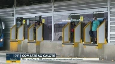 BRT amplia uso de guarda-corpos na área de embarque para combater caloteiros - Oito estações do BRT terão guarda-corpo na área de embarque. Testes foram feitos na estação Mato Alto. Validadores também serão usados para verificar quem pagou a passagem.