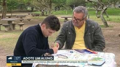 Professor cria projeto Adote um Aluno e dá aulas grátis nas praças da cidade - Projeto começou em praça de Botafogo e já ganhou a adesão de professores voluntários em outros bairros da cidade.