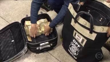 Policiais militares aposentados de Alagoas são presos com cerca de R$ 1,5 milhão em MG - Eles foram abordados pela PRF de Oliveira, em Itatiaiuçu. A Polícia Federal investigará o caso.