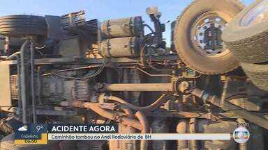 Caminhão tomba no Anel Rodoviário e causa congestionamento no sentido Vitória - O acidente foi próximo ao Viaduto sobre a Avenida Pedro II.