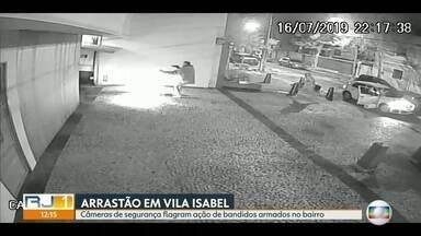 Câmeras de segurança flagram ação de bandidos armados em Vila Isabel, na Zona Norte - Quatro criminosos fizeram um arrastão em uma rua de Vila Isabel, na Zona Norte. E deixaram os motoristas em desespero total. De janeiro a maio deste ano, já foram contabilizados 1.491 roubos de rua na Grande Tijuca.