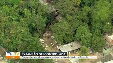 Moradores denunciam surgimento de construções irregulares na Praça Seca - Casas estão sendo construídas em local de mata fechada
