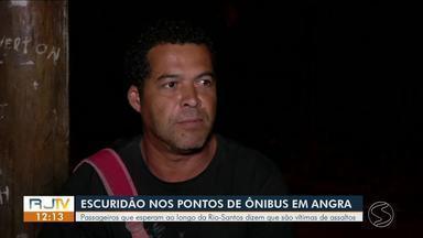 Escuridão em pontos: passageiros que esperam ao longo da Rio-Santos reclamam de assaltos - Município de Angra dos Reis possui 119 bairros, a maioria deles cortados pela rodovia Rio-Santos.