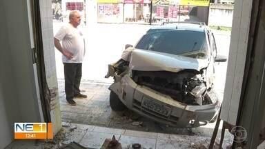 Motorista perde o controle do carro e invade loja de bolos em Jaboatão dos Guararapes - Acidente aconteceu na Avenida Bernardo Vieira de Melo, em Piedade.